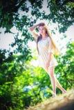 Mujer hermosa de Asia en el vestido blanco en la naturaleza fotografía de archivo libre de regalías