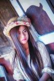 Mujer hermosa de Asia que se sienta en la silla de madera Fotografía de archivo libre de regalías