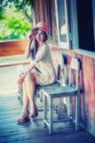 Mujer hermosa de Asia que se sienta en la silla de madera Fotos de archivo libres de regalías