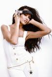 Mujer hermosa de DJ con el pelo negro largo en blanco Fotos de archivo libres de regalías