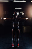 Mujer hermosa de la aptitud con pesas de gimnasia de elevación Imagen de archivo