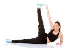 Mujer hermosa de la aptitud que hace estirando ejercicio Fotografía de archivo
