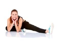 Mujer hermosa de la aptitud que hace estirando ejercicio Fotografía de archivo libre de regalías