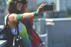 Mujer hermosa de la aptitud que toma la imagen de ellos mismos imágenes de archivo libres de regalías