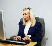 Mujer hermosa de la ayuda de la oficina del puesto de informaciones Fotografía de archivo libre de regalías