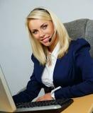 Mujer hermosa de la ayuda de la oficina del puesto de informaciones Imagen de archivo
