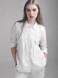 Mujer hermosa de la chica joven en la ropa blanca Imagen de archivo libre de regalías