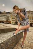Mujer hermosa de la ciudad en la calle Imagen de archivo