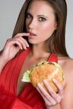 Mujer hermosa de la hamburguesa Imagenes de archivo