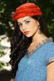 Mujer hermosa de la manera con el bandana rojo Imagen de archivo