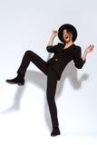Mujer hermosa de la moda con el sombrero en traje negro Imagenes de archivo