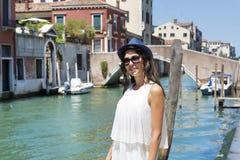 Mujer hermosa de la moda con el sombrero en Venecia, Italia imagen de archivo