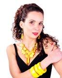 Mujer hermosa de la moda con los accesorios de la joyería Fotos de archivo