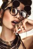 Mujer hermosa de la moda con maquillaje creativo, los vidrios del peinado y la joyería que llevan Cara de la belleza Fotografía de archivo
