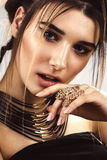Mujer hermosa de la moda con maquillaje y el peinado creativos La belleza de la cara Fotos tiradas en el estudio Foto de archivo libre de regalías