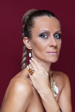 Mujer hermosa de la moda con maquillaje y joyería de oro Fotos de archivo