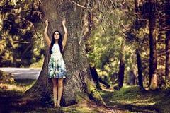 Mujer hermosa de la moda de los jóvenes en la presentación del vestido del color al aire libre en g Foto de archivo libre de regalías