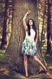 Mujer hermosa de la moda de los jóvenes en la presentación del vestido del color al aire libre en g Fotografía de archivo libre de regalías