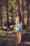 Mujer hermosa de la moda de los jóvenes en la presentación del vestido del color al aire libre en g Imagen de archivo libre de regalías