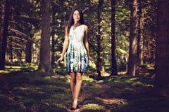 Mujer hermosa de la moda de los jóvenes en la presentación del vestido del color al aire libre en g Fotografía de archivo