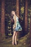 Mujer hermosa de la moda de los jóvenes en la presentación del vestido del color al aire libre en g Imagenes de archivo