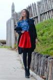 Mujer hermosa de la moda de los jóvenes que lleva mini rojo Imagen de archivo libre de regalías