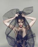 Mujer hermosa de la moda debajo del velo negro Imágenes de archivo libres de regalías
