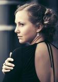 Mujer hermosa de la moda en vestido negro en la calle de la ciudad Imagenes de archivo