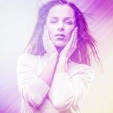 Mujer hermosa de la moda. La foto del arte pop de la cara del color entonó rosa. Fotos de archivo