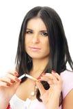 Mujer hermosa de la muchacha que rompe un cigarrillo Imagenes de archivo