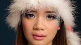 Mujer hermosa de la Navidad con el sombrero de santa almacen de video