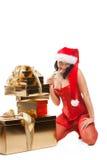 Mujer hermosa de la Navidad en el sombrero de santa Imagenes de archivo