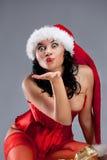 Mujer hermosa de la Navidad en el sombrero de santa foto de archivo libre de regalías