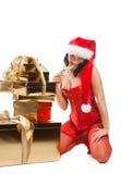 Mujer hermosa de la Navidad en el sombrero de santa Fotografía de archivo libre de regalías