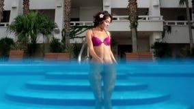 Mujer hermosa de la piscina almacen de video