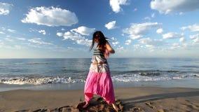 Mujer hermosa de la playa almacen de metraje de vídeo