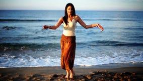 Mujer hermosa de la playa metrajes