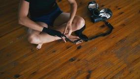 Mujer hermosa de la raza mixta de Kickboxing que pone en el vendaje de perforación de los abrigos en cuerpo apto de la fuerza fer almacen de metraje de vídeo