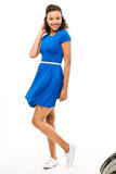 Mujer hermosa de la raza mixta que baila el vestido azul atractivo aislado Imágenes de archivo libres de regalías