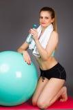 Mujer hermosa de los deportes que descansa después de ejercitar con el bal de los pilates Imagenes de archivo