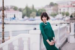 Mujer hermosa de moda joven con el café a ir a presentar en la ciudad Fotos de archivo libres de regalías