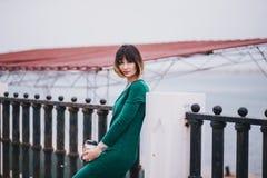 Mujer hermosa de moda joven con el café a ir a presentar en la ciudad Imagen de archivo