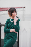 Mujer hermosa de moda joven con el café a ir a presentar en la ciudad Fotografía de archivo libre de regalías
