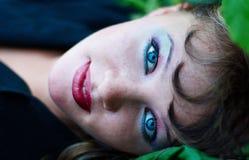 Mujer hermosa de ojos azules con maquillaje imagenes de archivo