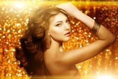 Mujer hermosa de oro de la moda, modelo con v largo sano brillante Fotos de archivo libres de regalías