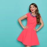 Mujer hermosa de risa en Mini Dress Looking Away rosado Imagenes de archivo