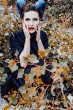 Mujer hermosa de un cuento de hadas con los cuernos del pelo Foto de archivo