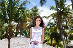 Mujer hermosa debajo de las palmeras tropicales Fotos de archivo libres de regalías