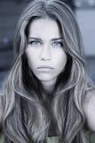 Mujer hermosa del adolescente con el pelo largo Imagenes de archivo
