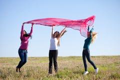 Mujer hermosa del adolescente que salta con el tejido Fotos de archivo libres de regalías
